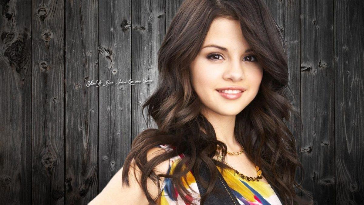 HD Cute Smile Selena Gomez Wallpaper